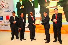 mr-zubin-karkaria-ceo-vfs-global-and-ceo-kuoni-group-second-from-right-receiving-the-award-of-distinction-from-mr-sunil-kumar-r-president-taai-third-from-left-from-at-the-taai-conventio